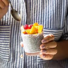 ein Glas Chia Samen mit Obst