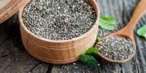 Chia Samen im Gefäß und Löffel